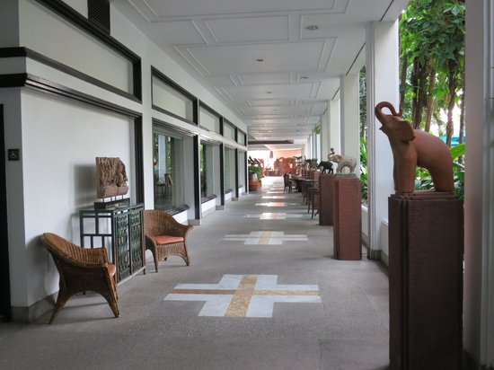 Anantara Riverside Bangkok Resort: Corridor leading to Reception or Breakfast Area