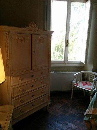Hotel Loggiato dei Serviti : Wardrobe and window