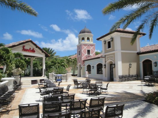 Sandals Grande Antigua Resort & Spa : Bar and out door entertainment.