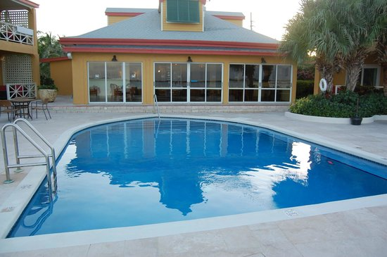 Augusta Bay Bahamas : view of the pool & dining building