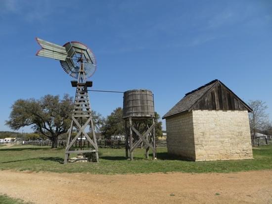 Lyndon B. Johnson Boyhood Home : Windmill & water tank