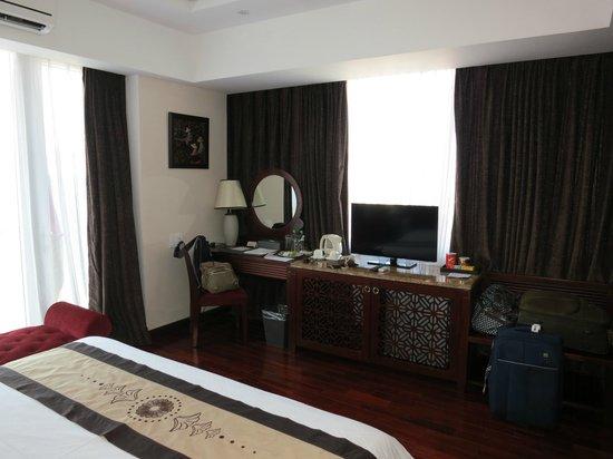 Moonlight Hotel Hue: Bright Airy Room