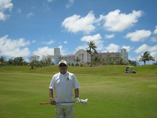 Starts Guam Golf Resort: 後ろはホテル
