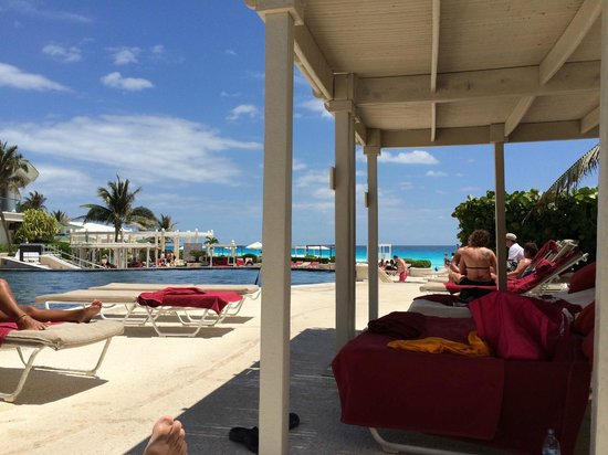 Sandos Cancun Luxury Resort: Picture at the pool