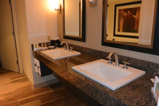Lakeway Resort and Spa: Mansfield Suite Bathroom