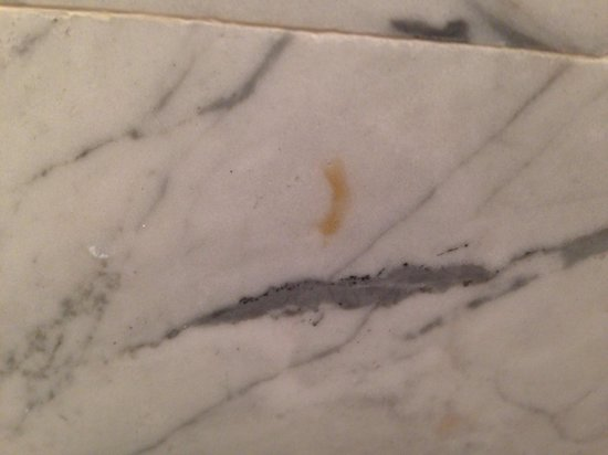 Viceroy Santa Monica: Stains on tiles