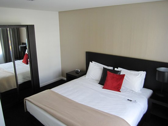 Waldorf Stadium Apartments Hotel: bed