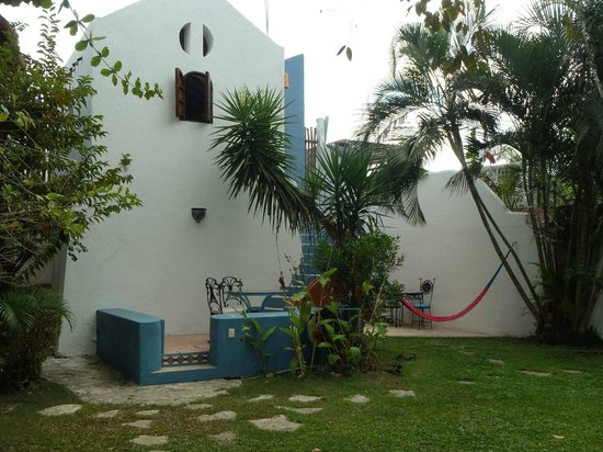 Tamarindo Bed and Breakfast: Court front to back