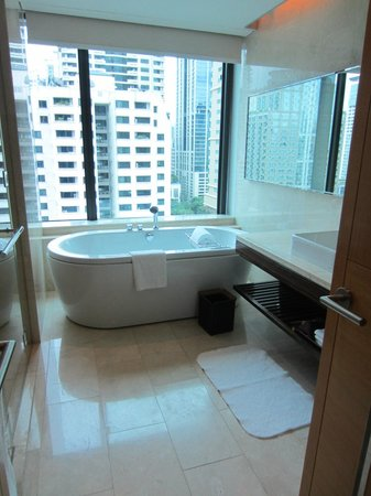 Renaissance Bangkok Ratchaprasong Hotel: Nice large tub with a view