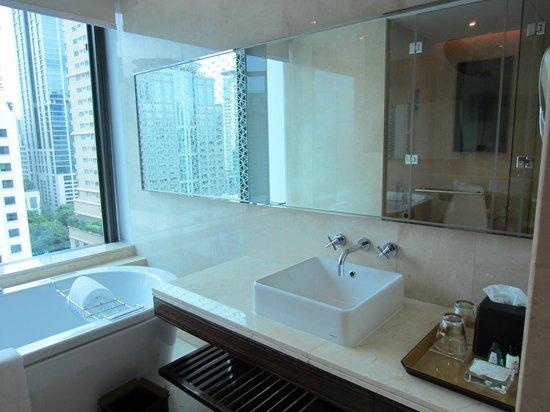 Renaissance Bangkok Ratchaprasong Hotel: Nice bathroom