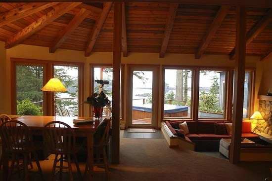 A Snug Harbour Inn: Great Room - looking over the hot tub to the ocean