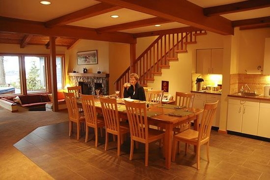 A Snug Harbour Inn: Dining area and Great Room