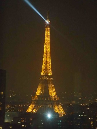 Tour Eiffel : Night time tower with flashing lights