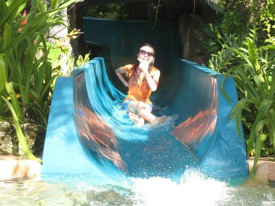 Outrigger Guam Resort: ホテルプール スライダー
