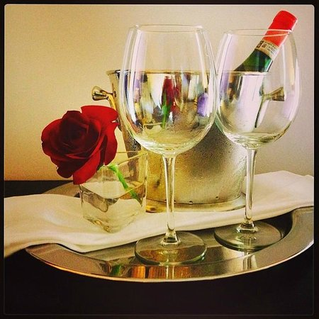 Relais & Chateaux Camden Harbour Inn: Greeted with wine and roses upon our arrival!