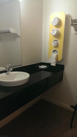 Motel 6 Merced North: Sink & Towels