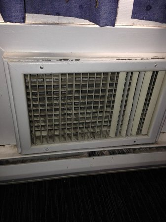 Travelodge Hotel Calgary International Airport South: Dirty heater in my room - the rest of the room is dirty too! yay!