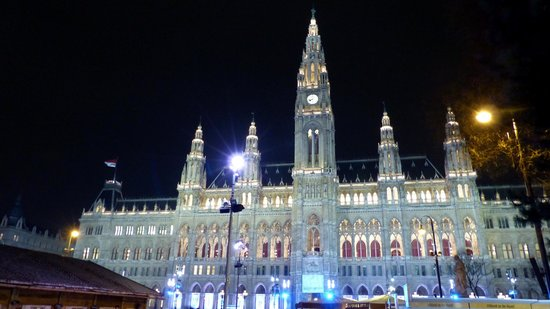 Rathausplatz: Rathaus building lit up at night