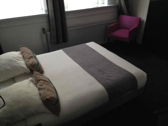Hotel De Looier: cama y sillon