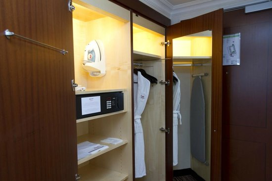 Berlin Marriott Hotel : Closet & Safe