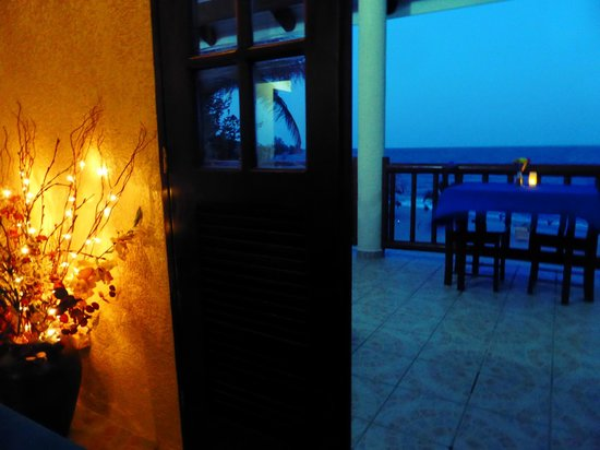 Mariposa Beach Suites : Dinner atmosphere was amazing! This ocean and music made it perfect!