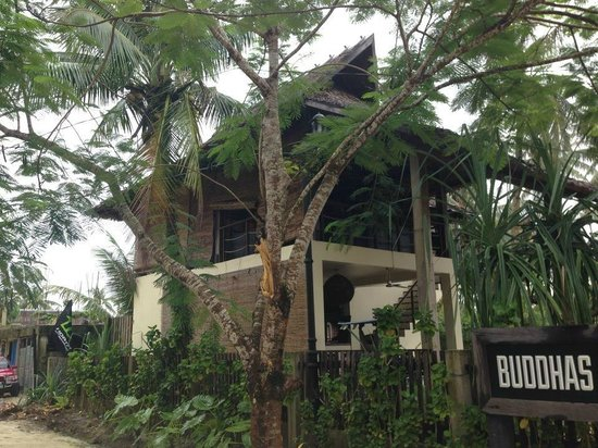 Buddha's Surf Resort: Resort Resto and facade