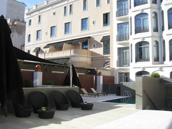 Hotel Catalonia Passeig de Gracia: Terrace and pool at rear of hotel