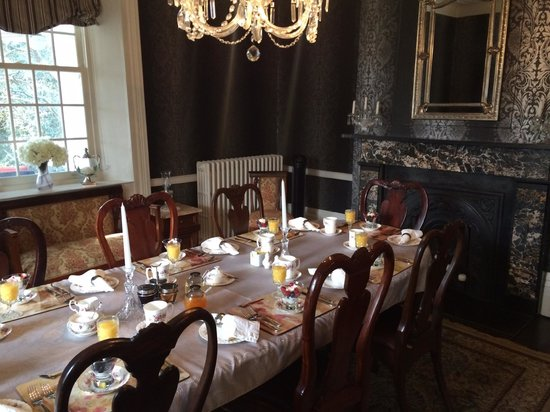 Brockamour Manor Bed and Breakfast: Breakfast Dining Table - thoughtfully prepared by Rick