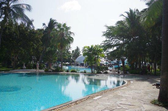 Southern Palms Beach Resort : Blick auf die Poollandschaft vom Frühstücksraum