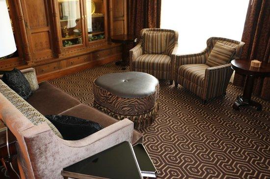 Hotel Julien Dubuque: Living room area