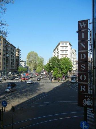 Windsor Hotel Milano: 部屋(1階)から見た、入口の看板と風景です