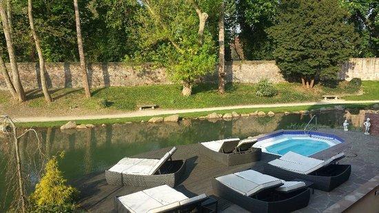 Hotel Spa Restaurant Domaine Du Moulin: Jacuzzi extérieur
