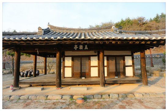 Millennium Palace Resort & Spa Ragung: old korean academy next to Main building