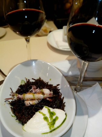 Uvedoble: Fideos negros con calamaritos. Excepcional