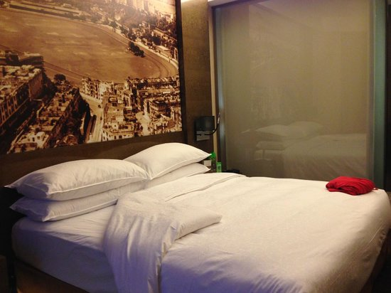 Harbour Grand Hong Kong: double bed wall painting