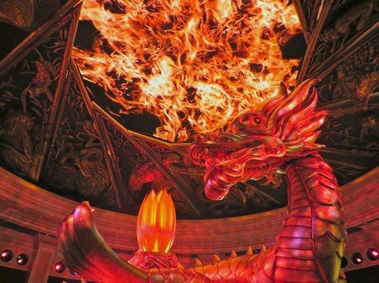 Wynn Macau : The dragon show in the casino entrance