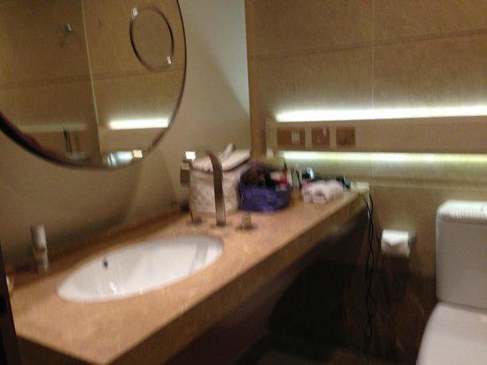 Harbour Grand Hong Kong: bathroom sink