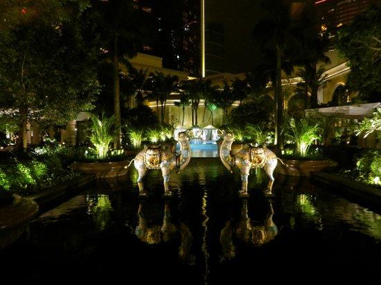 Wynn Macau : Pool area at night