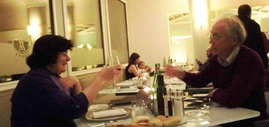 Hotel Villa Athena : El niño que nos arruinó la cena. La madre, pasando de todo; el padre, mirando el móvil.