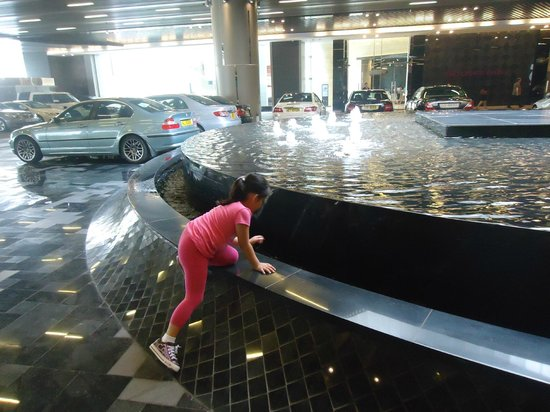 Holiday Inn Express HONG KONG KOWLOON EAST: fountain at the ground floor outside the lobby