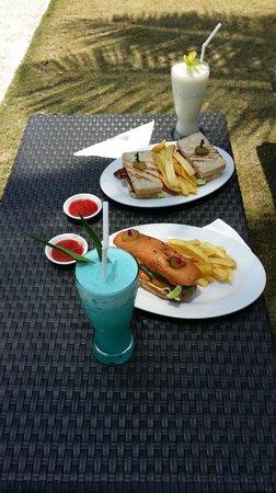 Dos Palmas Island Resort & Spa: プールサイドでのランチ