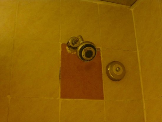 Hotel Soleil : Broken and leakey shower