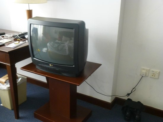Hotel Soleil : 1970's TV set without proper channels to watch