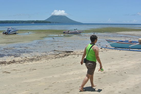 Bobocha Cottages Siladen: Low tide and view on Bunaken island and Manado Tua