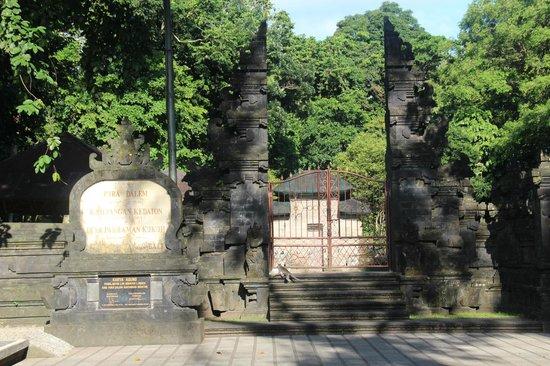Alas Kedaton: Gate