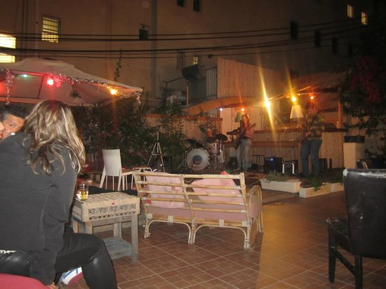 Chef Hostel Tel Aviv Montefiore: Garden area with live band!