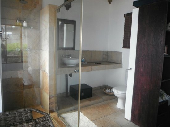 Blue Footprints Eco-Lodge: Our bathroom in our lodge