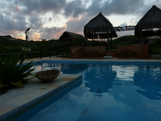 Blue Footprints Eco-Lodge: Swimming pool, outside sitting area