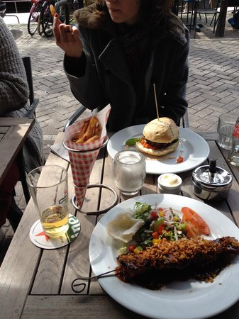 Cafe Restaurant In de Buurt: Burger, french fries and chicken