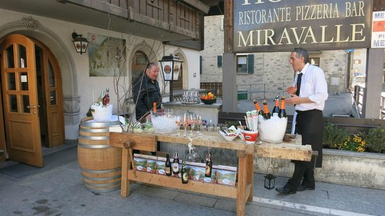 Hotel Miravalle: Apres ski at the hotel entrance
